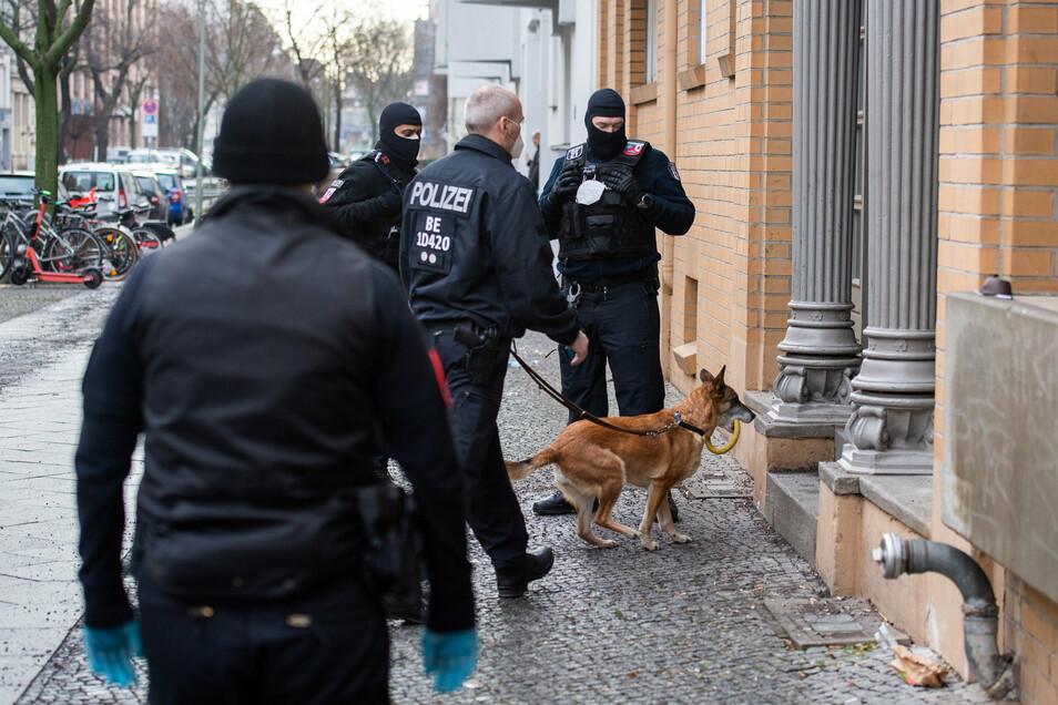 Mit einer Großrazzia ist die Polizei am Donnerstag gegen Clankriminalität in Berlin und Umgebung vorgegangen.