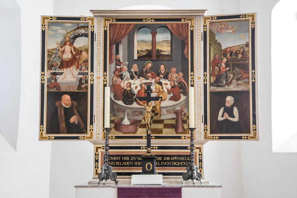 Der 1587 gestiftete Flügelaltar aus der Schule Lucas Cranach des Jüngeren zeigt im Mittelbild das Abendmahl Jesu. In den Flügeln sind die Auferstehung und die Anbetung eines Kindes abgebildet. Darunter befinden sich zwei Porträts des Stifters Graf Kaspar