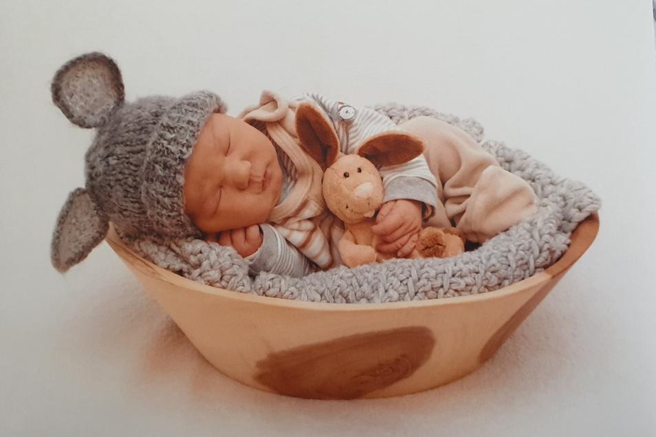 Lio Maxim Ronny, geboren am 18. März, Geburtsort: Meißen, Größe: 54 Zentimeter, Gewicht: 4.100 Gramm, Eltern: Sabrina Schödel und Philip Sommer, Wohnort: Meißen