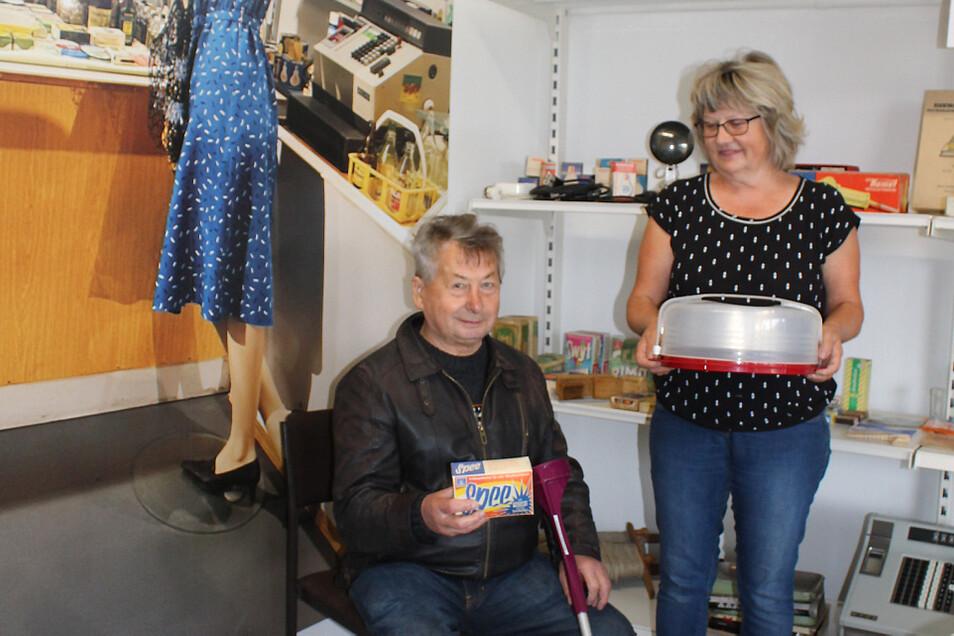 Gerhard Wagner – im Bild zu sehen mit Ilona Jordan – kaufte im alten Konsum in Klein Partwitz gern ein. Am Sonntag schwelgte der 82-Jährige im Museumszimmer in Erinnerungen an diese Zeit.