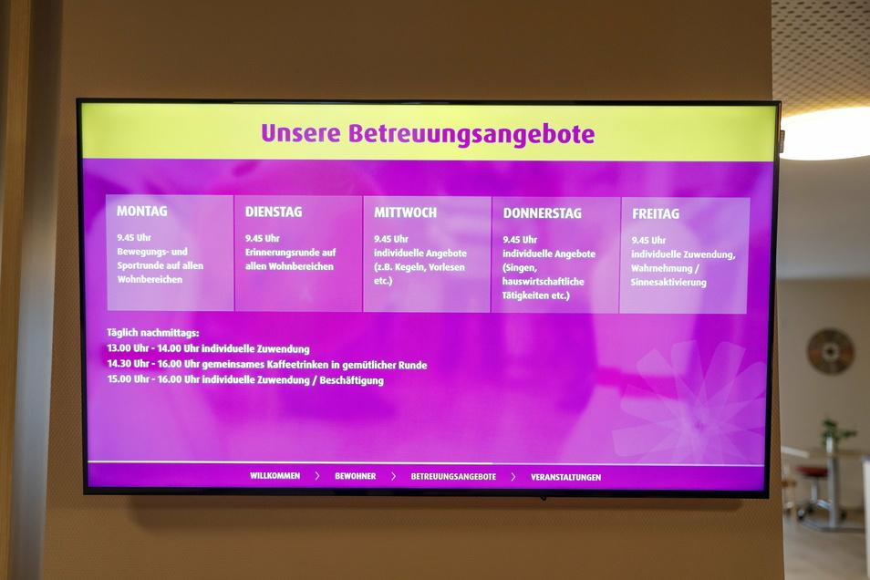 Auf Infotafeln werden Bewohner und Besucher über die Angebote im Haus informiert.