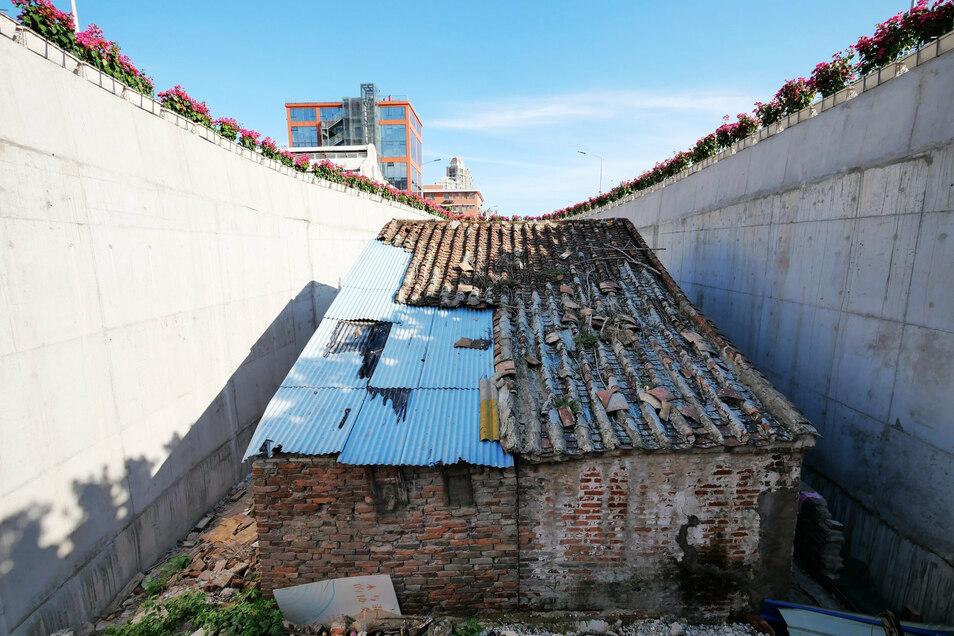 """Das Gebäude ist eines von vielen Beispielen für """"Nagelhäuser"""" in China, deren Besitzer sich weigern, ihr Grundstück für einen Neubau zu verkaufen."""