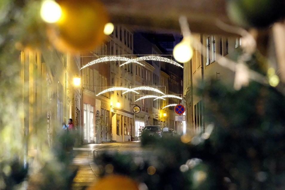 Das Rathaus hat dieses Jahr in Meißen bei der Weihnachtsbeleuchtung noch einmal draufgesattelt. Die Adventsstimmung soll Kunden anlocken, um den Umsatz in den Geschäften anzukurbeln.