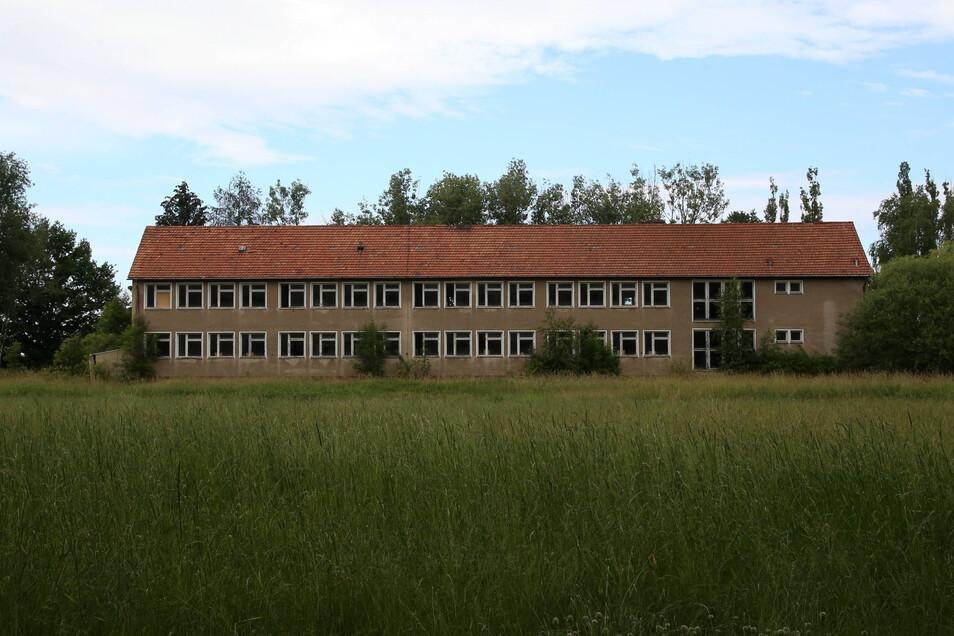 Die alte Schule in Mückenhain soll als Ausgleichsmaßnahme für den Solarpark abgerissen werden. An ihrer Stelle entsteht eine Streuobstwiese.