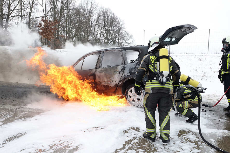 Der Fahrzeugbrand wurde mit Wasser und Schaum gelöscht. Die Autobahn war danach spiegelglatt.