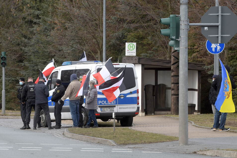 Die Fahne des Deutschen Reiches ist bei den Sonntags-Demos an der B96 oft zu sehen, wie hier am Goldenen Löwen in Ebersbach.