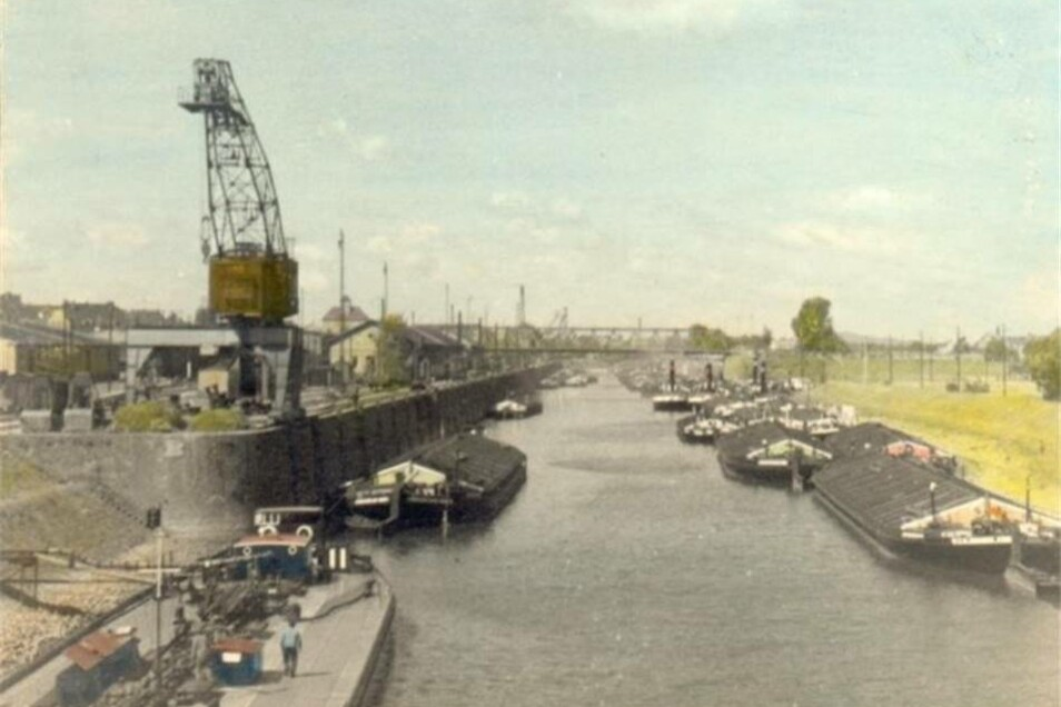 1950: Die Deutsche Schifffahrts- und Umschlagbetriebszentrale übernimmt die Sächsische Elbhafenbetriebsgesellschaft. Es entsteht der VEB Binnenhäfen Oberelbe.
