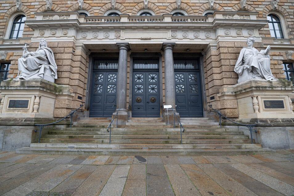 Vor dem Landgericht Dresden muss sich ein 56-jähriger Deutscher verantworten, der gefundene Kriegswaffen und Munition nicht den Behörden meldete.