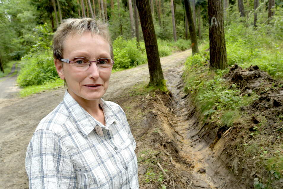 Angela Bültemeier, die Leiterin des städtischen Zittauer Forstbetriebes am Wasserleitungsweg im Gebirge. Dort werden gerade neue Entwässerungsgräben gezogen. Aber nur an wenigen Wegen wird etwas gemacht.