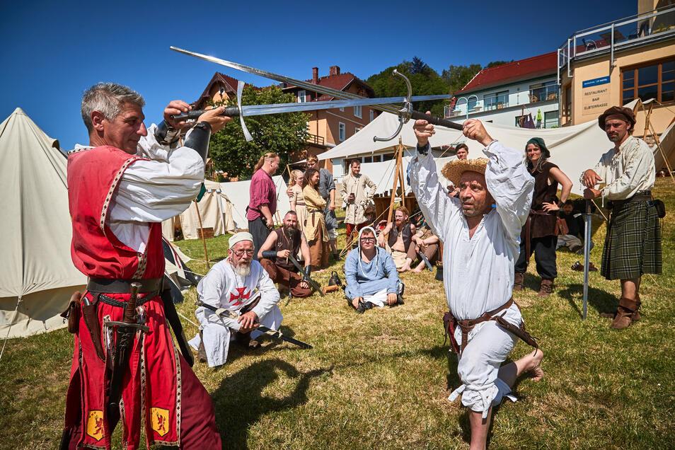 Sergio L.S. von Sicilien, Graf v. Winterhausen, Richard von Hornigen und Hedwig der Söldner bei Kämpfen vor ihrem Mittelalter-Lager.