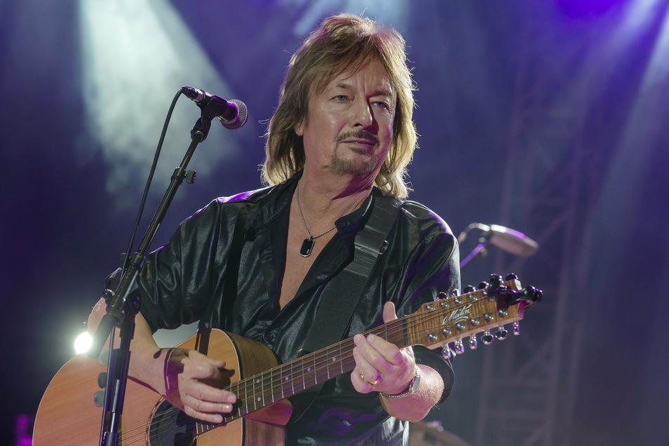 """Der britische Sänger Chris Normen - hier vor gut zwei Jahren bei einem Open-Air-Konzert in der Dresdner """"Jungen Garde"""" - wird am Sonntag 70 Jahre alt."""