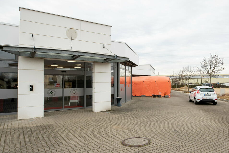 Von außen: Die Johanniter haben an ihrem neuen Hilfszentrum auf der Zschierener Straße in Heidenau dieses Zelt aufgebaut, in dem die zu Testenden vor dem Test und danach auf das Ergebnis warten.