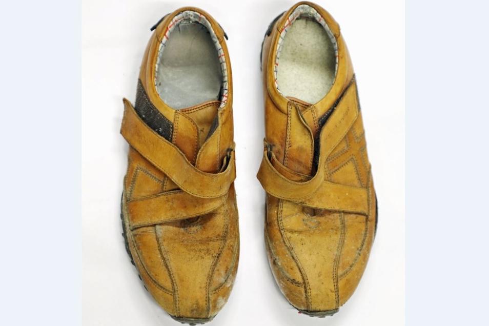 "... Schuhe der Marke ""base London"" sowie..."