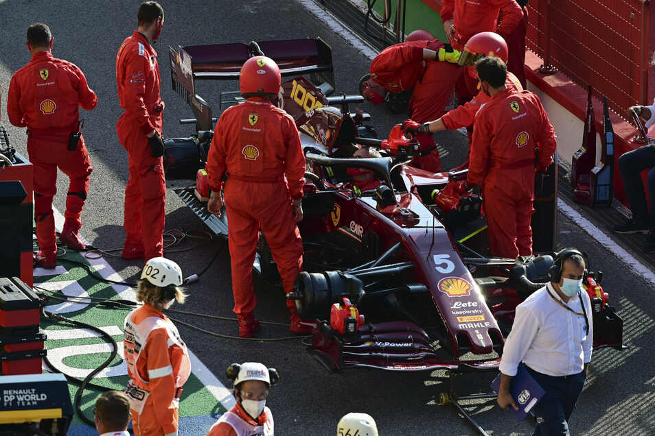 Sebastian Vettels Ferrari knatterte, doch die Mechaniker konnten nicht viel für den Deutschen tun. Immerhin reichte es trotzdem noch zu Platz zehn und einem WM-Punkt.