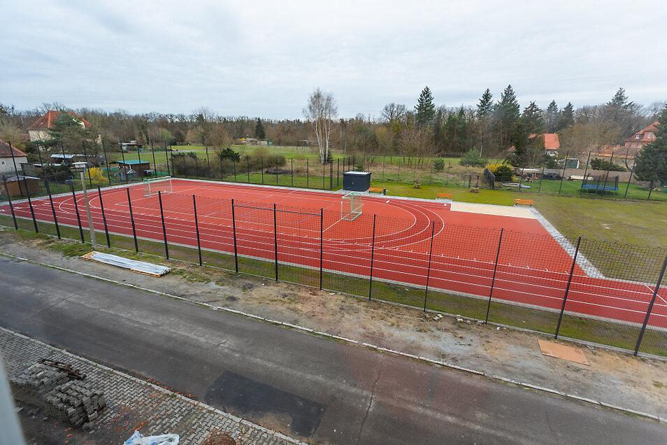 Bereits fertiggestellt ist der Schulsportplatz. Die Rasenfläche wurde durch einen modernen Tartan-Belag ersetzt.
