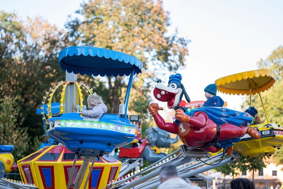 Kinder kamen bei den Fahrgeschäften beim Oktoberfest in Rothenburg auf ihre Kosten.