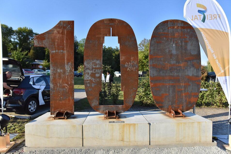 Zur Feier 99 Jahre Freital am ehemaligen Rathaus wurde die stählerne 100 für das Jubiläum 100 Jahre Freital   aufgestellt.
