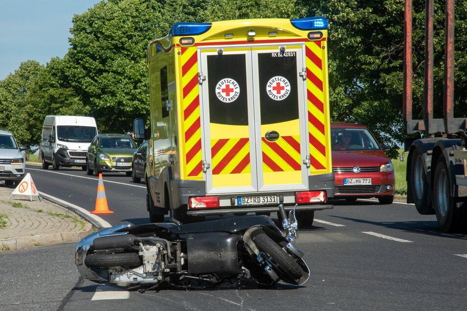 Bei dem Zusammenstoß auf der Straße zwischen Bautzen und Kamenz am Abzweig nach Liebon stürzte der Motorrollerfahrer schwer.