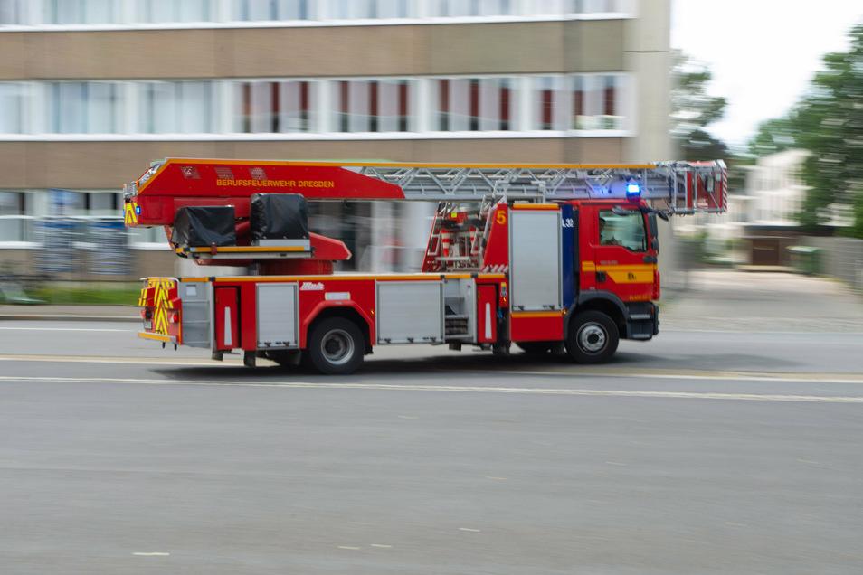 Der Feuerwehr wurden Flammen und Rauch auf einem Balkon in Dresden gemeldet.