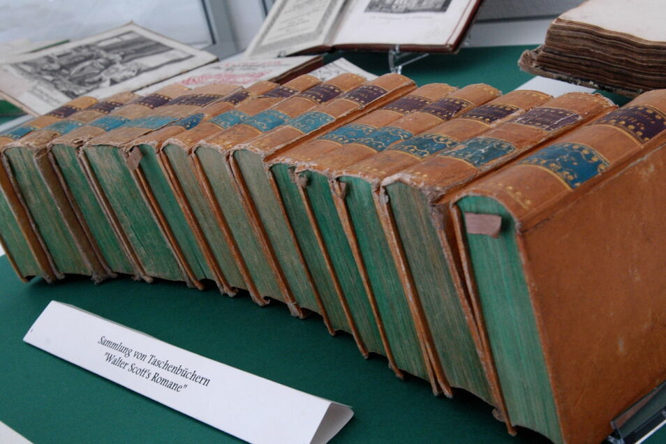 Bücher aus dem Anfangsbestand von Preuskers erster deutscher Volksbibliothek von 1832 in der Bücherei.