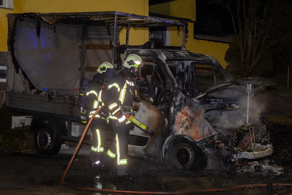 Der Transporter brannte komplett aus. Feuerwehrleute konnten verhindern, dass die Flammen auf das Wohnhaus übergriffen, in dessen unmittelbarer Nähe das Fahrzeug stand.