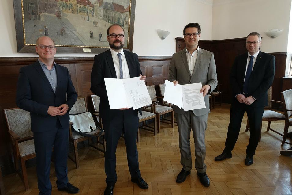 Christian Piwarz (2.v.l) übergibt die Förderbescheide für den Digitalpakt Schule an Oberbürgermeister Sven Liebhauser (3.v.l), den SPD-Landtagsabgeordneten Henning Homann (links) und Matthias Hundt von Sachsen Digital Consulting.