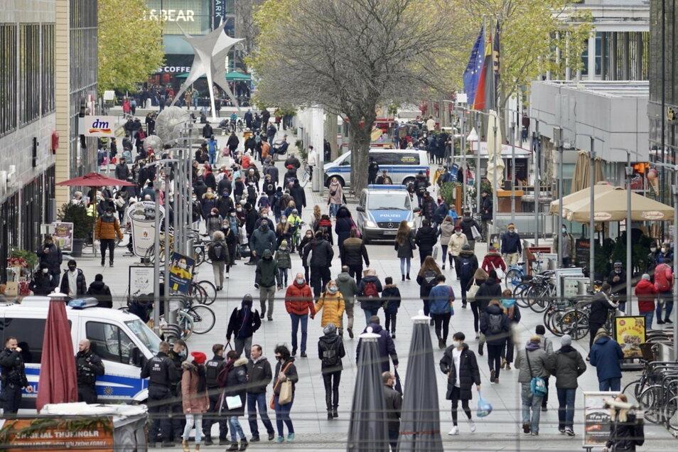 Wenige Menschen und viele Polizeiwägen: Die Prager Straße am Sonnabend-Nachmittag.