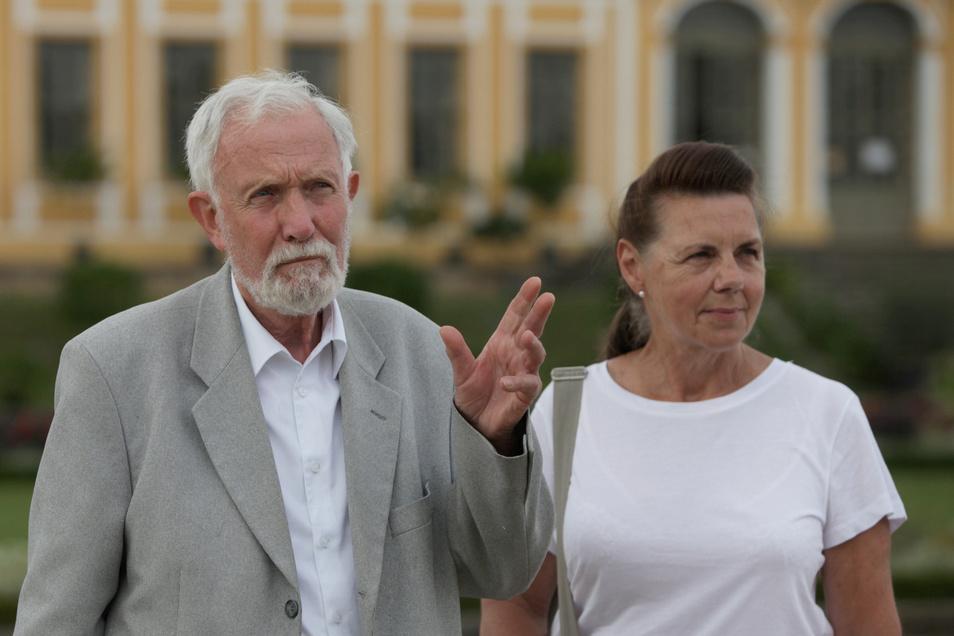 Der ehemalige Landeskonservator und Denkmalpfleger Prof. Dr. Gerhard Glaser und Schlosschefin Andrea Dietrich am Sonntag im Barockgarten.
