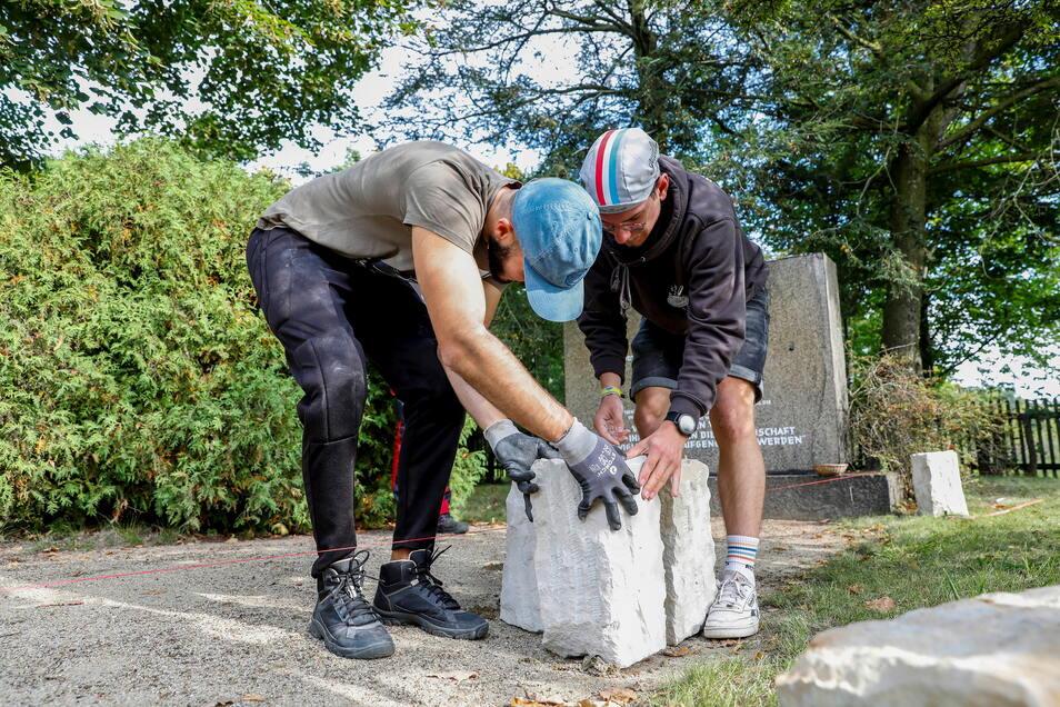 Auf dem jüdischen Friedhof in Zittau haben junge Menschen aus zehn Ländern mitgeholfen, die Umrisse der Trauerhalle wieder sichtbar zu machen.