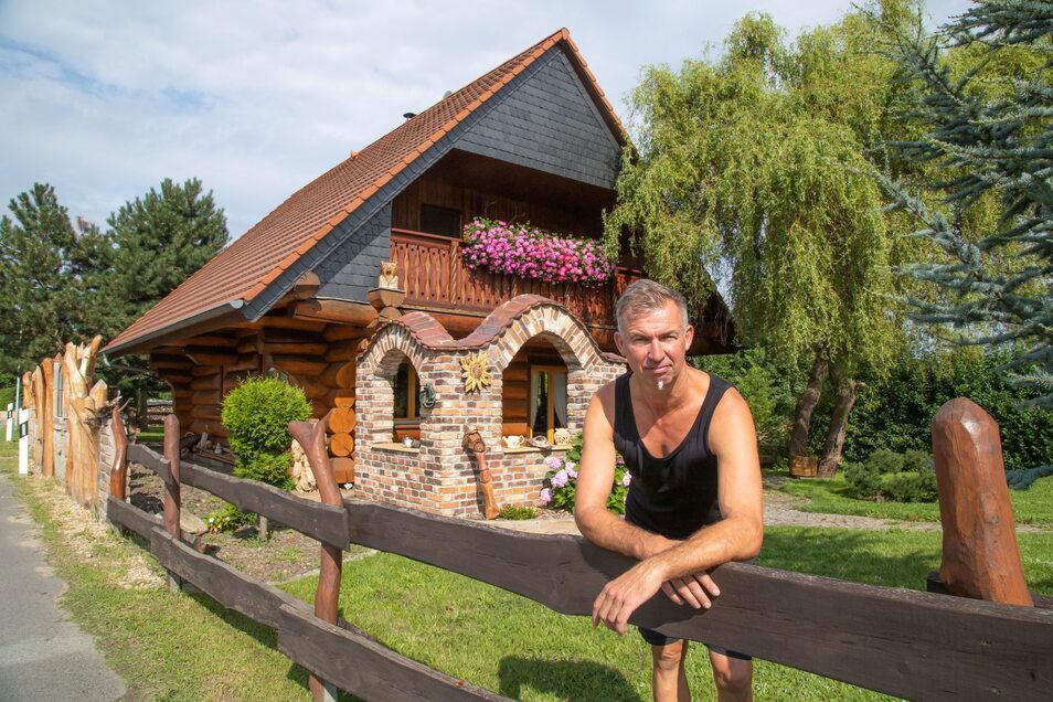 Steffen Schmidt wohnt in Biehain in einem Haus aus Rundholz. Das war schon immer sein Traum. Vor 16 Jahren hat er ihn sich erfüllt - mit viel Eigenleistung.