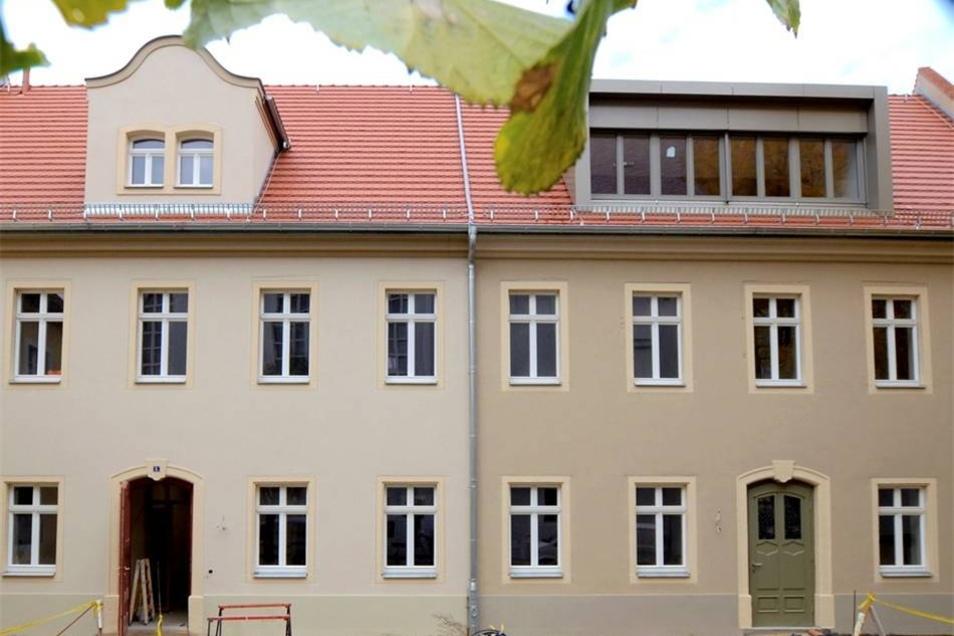 Die beiden ehemaligen Predigerhäuser am Kirchplatz bilden das neue Gemeindezentrum der evangelischen Marienkirchgemeinde. Am Reformationstag vor einem Jahr wurden sie eingeweiht. Die Kirche baute die denkmalgeschützten Gebäude, die nach 1744 u. a. als Pfarrhaus entstanden, mit Unterstützung der Stadt und Förderung. Mittlerweile sind auch die Außenanlagen gestaltet.