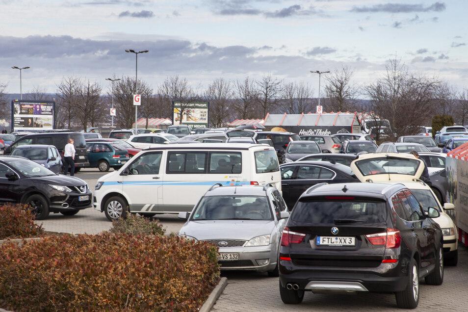 Exemplarisch für die Situation - Autos verstopfen den Parkplatz des Real-Supermarktes in Bannewitz.