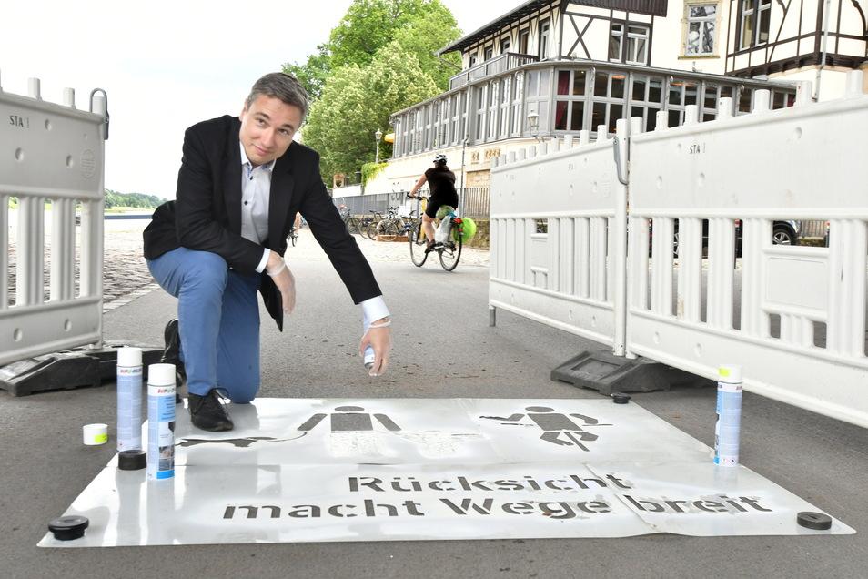Baubürgermeister Stephan Kühn sprühte die Piktogramme persönlich auf den Radweg.