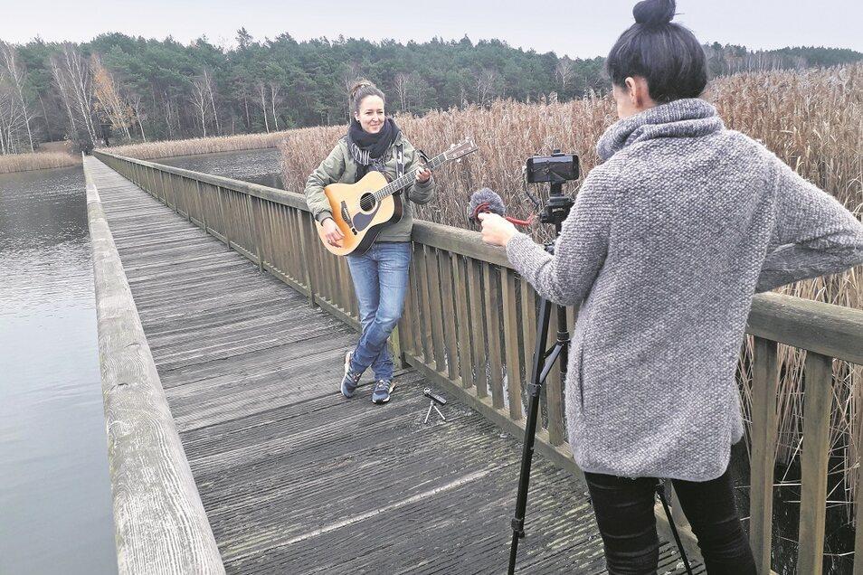 Begeistert von der Aktion eines virtuellen lebendigen Adventskalenders zeigte sich Sängerin und Songwriterin Susi Bonanox, die spontan zusagte. Für ihren Clip wählte sie die Braunsteichbrücke als Drehort. Die Künstlerin ist in der Region bei Jung und