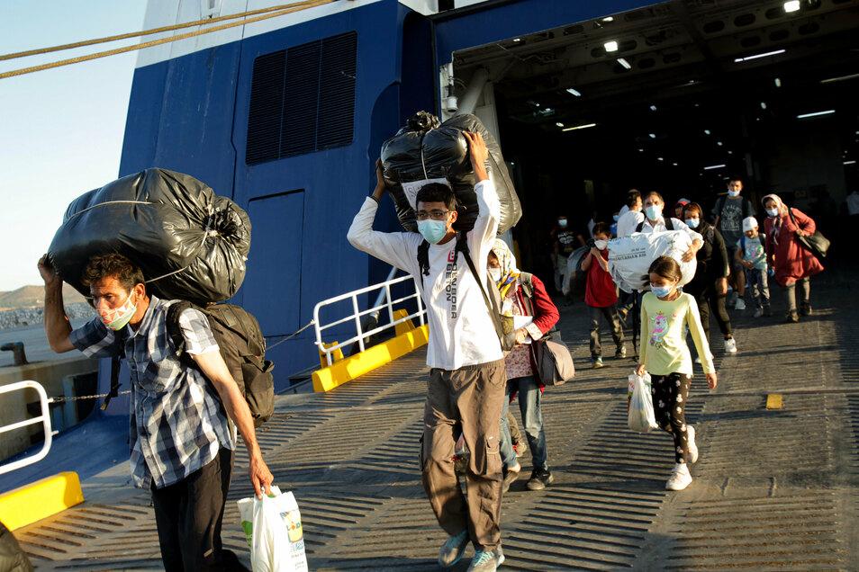 Ankommen auf dem Festland: Flüchtlinge verlassen eine Fähre im Hafen von Lavrio südlich von Athen. Mit der Verlegung aus den überfüllten Lagern auf den Inseln in der Ägäis sollen dort die Bedingungen verbessert werden.