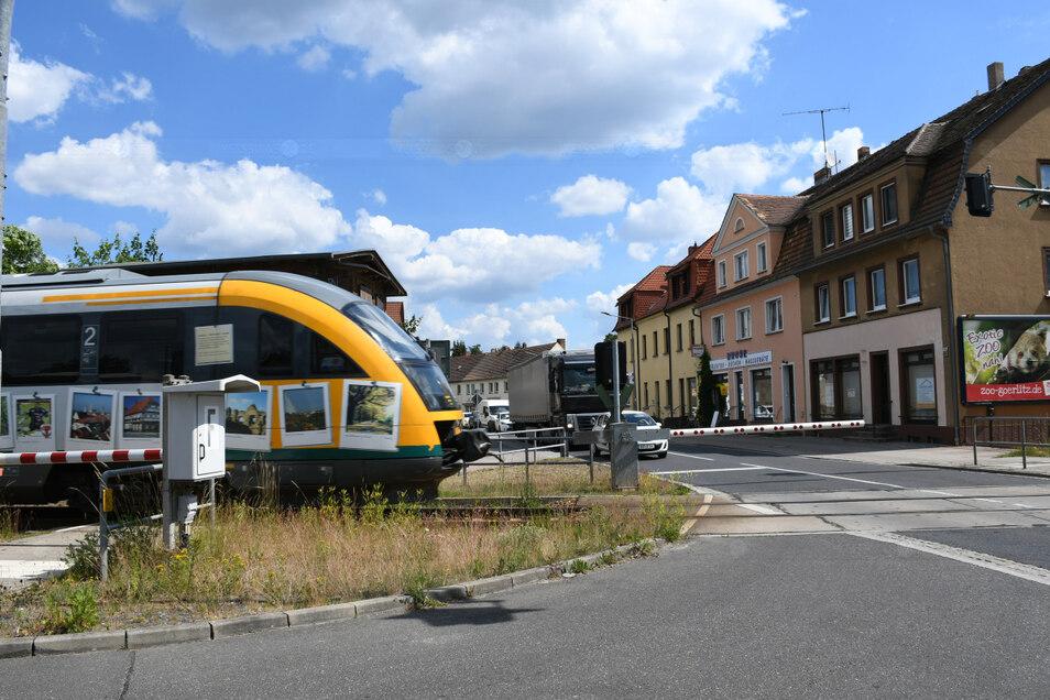 Ein Triebwagen der Odeg passiert auf der Fahrt zwischen Cottbus und Görlitz den Bahnübergang an der Bundesstraße B 115 in Rietschen. Der soll ab dem 24. August für knapp zwei Wochen gesperrt werden.