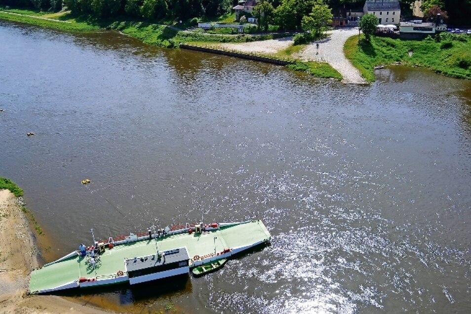 Da war sie noch ganz: die Gierseilfähre von Belgern aus der Luftperspektive. Am Sonntag hatte ein Schiff die Fähre gerammt.