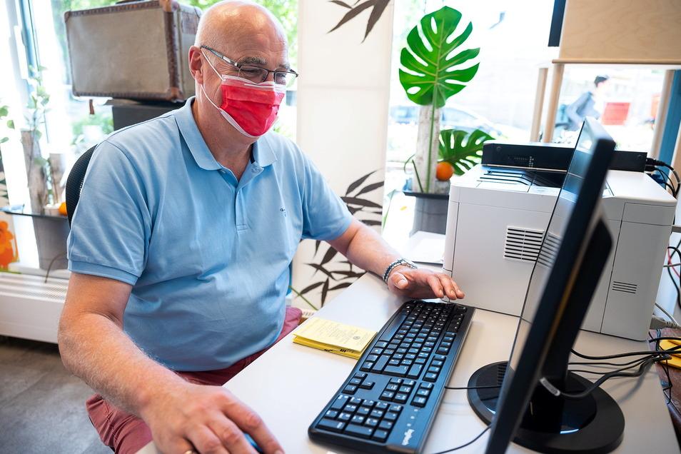 Apotheker Carsten Stubbe erstellt aus dem Impfpass in Papierform die QR-Codes, mit denen man auf seinen digitalen Impfpass zugreifen kann. Ab dem späten Vormittag lief es.