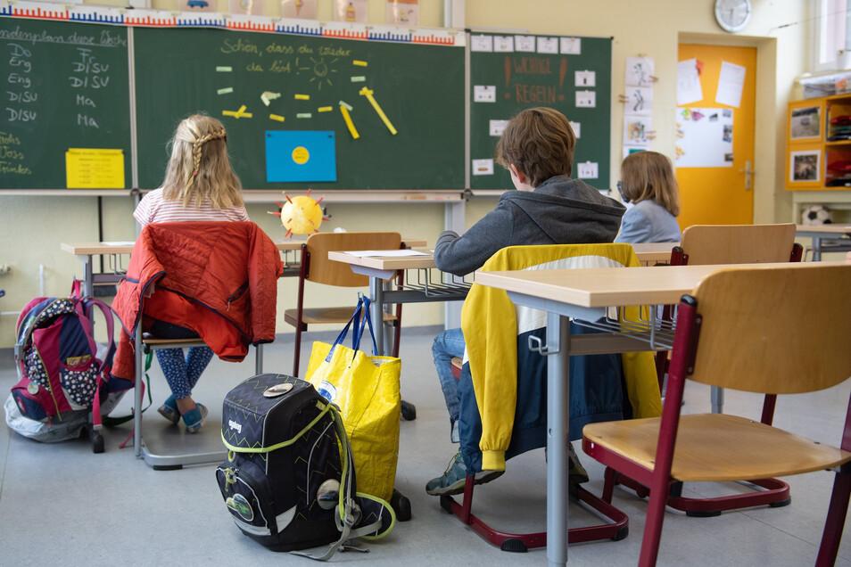 Schüler sitzen zu Beginn des Unterrichts auf ihren Plätzen.