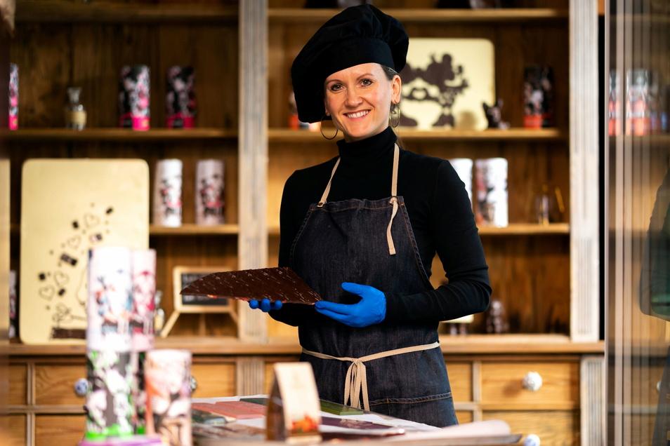 Susanne Engler, die Chefin von Adoratio Schokoladenkunst, verpackt die online bestellten Waren.