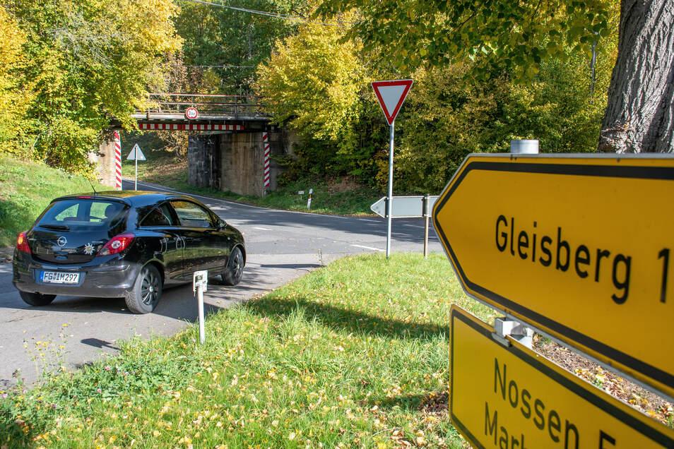 Drei Kreisstraßen treffen zwischen Gleisberg und Marbach aufeinander. Weil in der Mitte ein Baum steht und links die Bahnbrücke, ist die Einsicht für Kraftfahrer, die abbiegen wollen, sehr schlecht. Der Ortschaftsrat nimmt sich dieses Problems an.