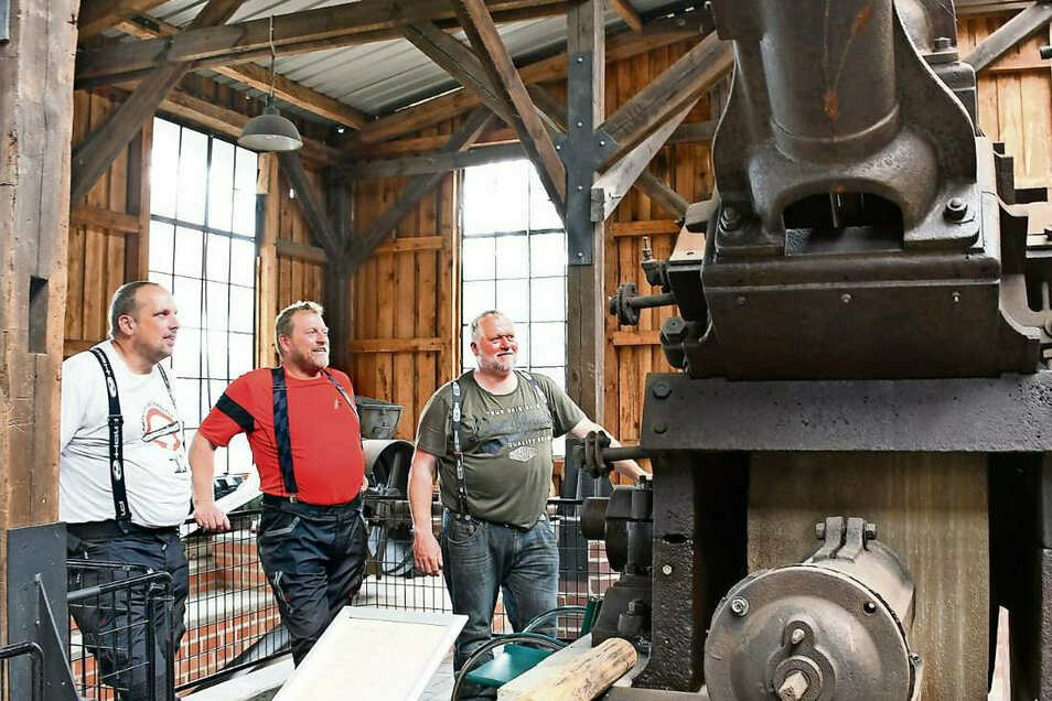Tobias Falke, Reiner Voss und Werner Voss (von links) aus Winterberg im Sauerland bewundern die Holzschleifmaschine im Museum Sagar.