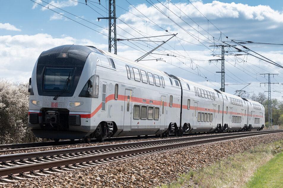 Ein Intercity Dresden-Warnemünde auf der Strecke.