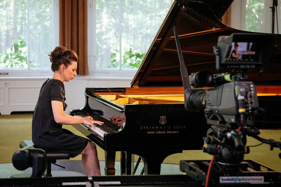 Kamera und Internet statt Konzertscheune und Publikum: Die russische Pianistin Yuilanna Avdeeva spielte zum Festivalstream 2020 in Gohrisch.