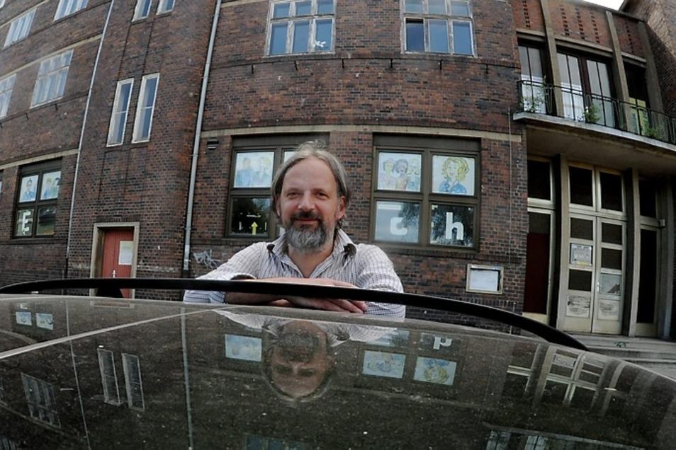 Citymanager Frank Lublow vor dem Volkshaus in Weißwasser. Mit den Freunden des Objekts hat er sich schon mehrfach getroffen.