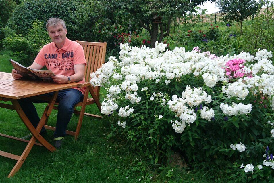 Steffen Barthel privat: Lesen im Garten.