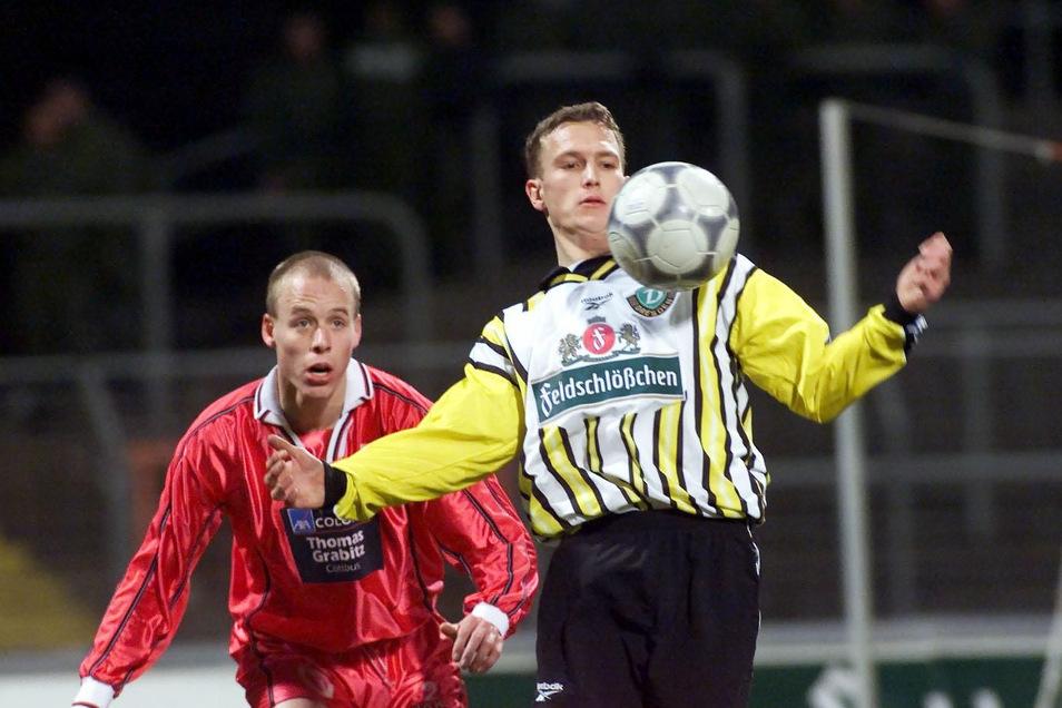 Silvio Schröter behauptet den Ball gegen Kevin Mc Kenna (l.) von Energie Cottbus. Allerdings spielte Dynamo damals in der viertklassigen Amateuroberliga gegen die zweite Mannschaft der Lausitzer. Schröter gehörte damals zu den verbliebenen Talenten aus de