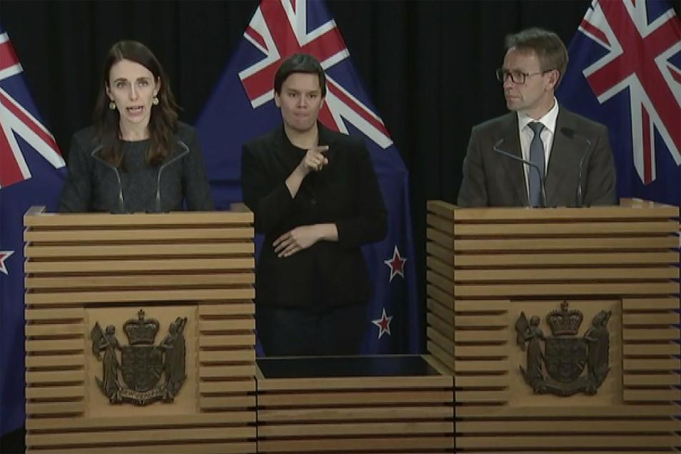 Jacinda Ardern (l-r), Premierministerin von Neuseeland, und Gesundheits-Generaldirektor Ashley Bloomfield bei einer Pressekonferenz am Dienstag.