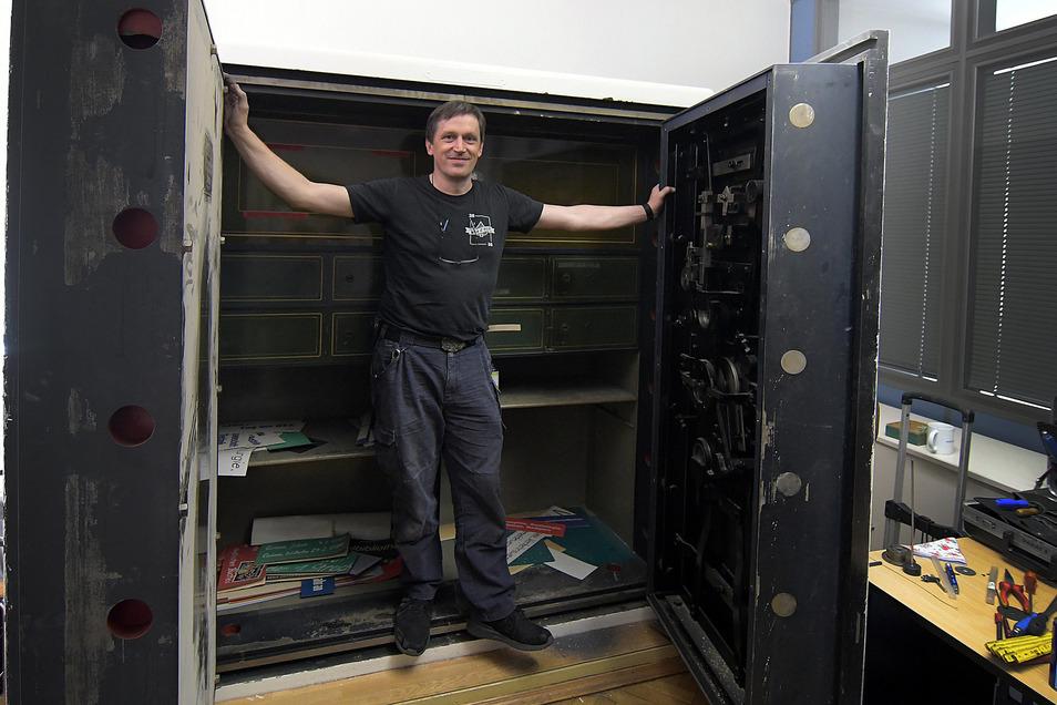 Geschafft: Knapp sieben Stunden hat Oliver Diederichsen aus Hamburg gebraucht, um einen etwa hundert Jahre alten Tresor im Roßweiner Rathaus zu öffnen. Damit war sein Job aber noch nicht beendet.