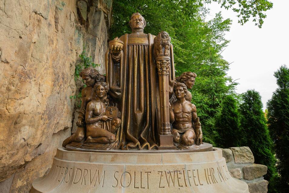 An Richard Wagner erinnern im Landkreis viele Denkmäler. Dieses in Miniaturformat in der Kleinen Sächsischen Schweiz in Dorf Wehlen ist ein Nachbau des Denkmals im Liebethaler Grund bei Lohmen.